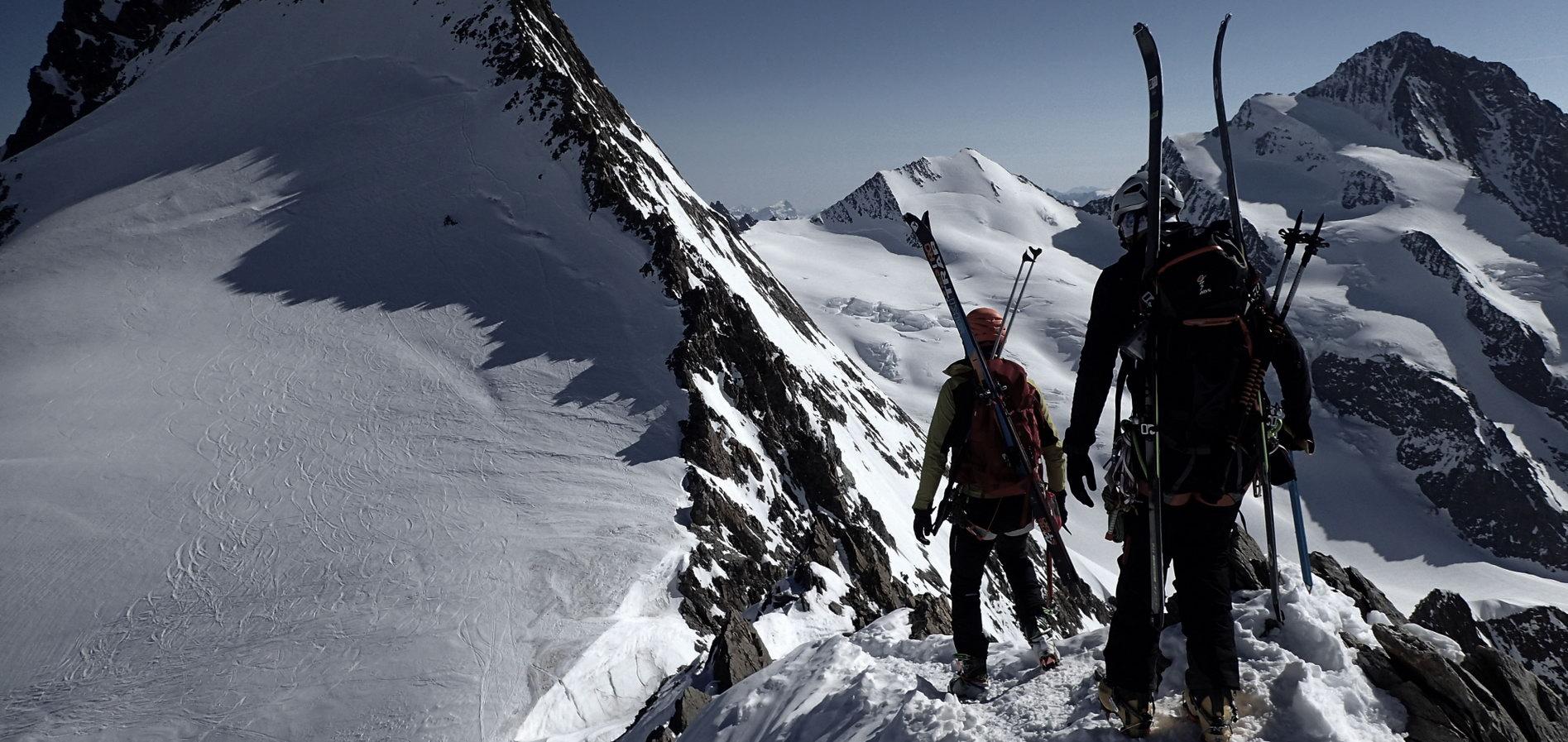 Okrywaj góry zimą na nartach KURSY SKITUROWE
